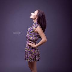 Девушка в цветастом платье