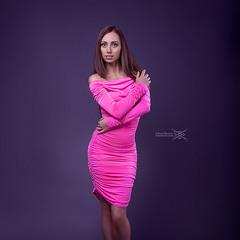 Девушка на пурпурном фоне
