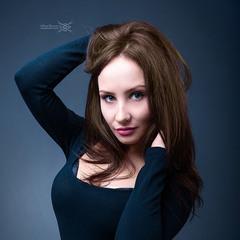 Девушка на синем фоне