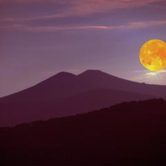 Луна над горою СТОЙ