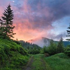 Красочный закат после дождя