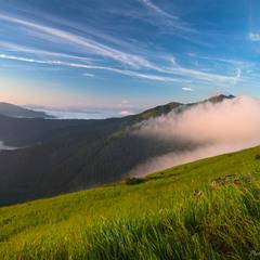 Туман пливе через гори