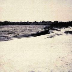 Рятувальний човен на березі