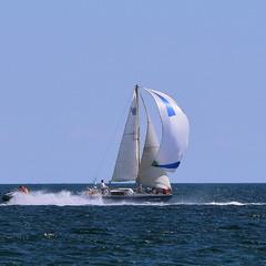 Ветер по морю гуляет, да кораблик подгоняет..