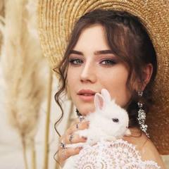 Девушка и белый кролик
