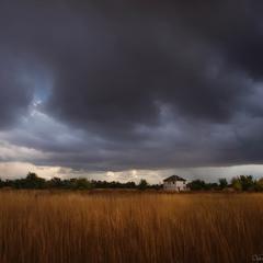 Чорні хмари, біла хата.