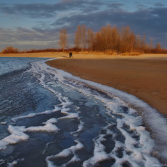 Навпіл. Зимі - річку, осені - узбере́жжя.
