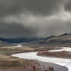 Май... Далеко в горах идет проливной дождь...