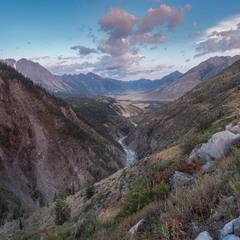 Утро ... Горное ущелье ... Река ...