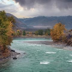 Осень... Река Чуя, впадающая в реку Катунь (впереди)...