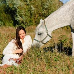 В белом и с белой лошадью