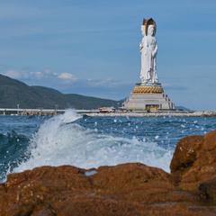 Статуя і море