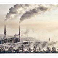 Морозное утро индустриального города