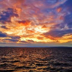 На заході сонця палає вогонь над Дніпром...