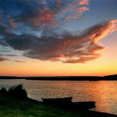 вечер над рекой с лодками