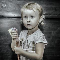 Девочка с игрушкой для надувания мыльных пузырей...