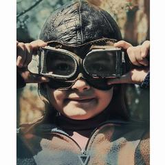 Дівчинка в льотних аксесуарах...