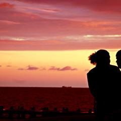 Двое сидят у любви на игле...