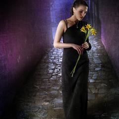 Она несла жёлтые цветы
