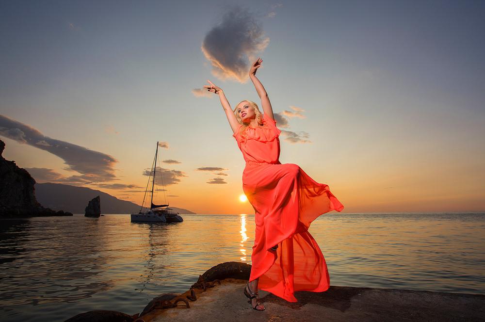 Картинка девушка танцует на берегу моря