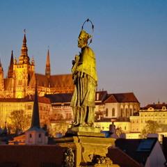 Скульптура Яна Непомуцького на Карловому мосту. Прага.