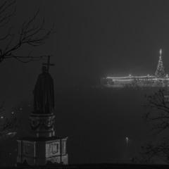 позаду Київ