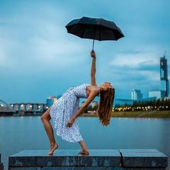 Екатерина под дождём на набережной Астаны (Нур-Султана)