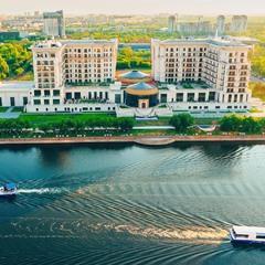 Вид с Astana Tower на The St. Regis Astana и речные трамвайчики на реке Ишим в Астане (Нур-Султане)