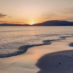 Утомленное солнце нежно с морем прощалось...