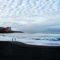 Черные пески и океан.