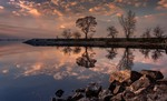 Дощем змиває спогади віддалені – вас на воді малює віддзеркалення...