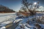 Зимовий сон, і лід, і гай мов сірий плед,  й по річці вітер, крихітка мов віхол