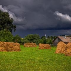 Враз набігли чорні хмари, припустився дощ-косарик...