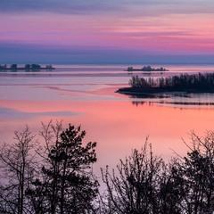 За мить вже зійде сонце над Дніпром, осипле променями небо й землю
