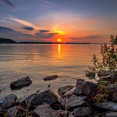 Століття плинуть, тисячі років, несе Дніпро свої могутні води