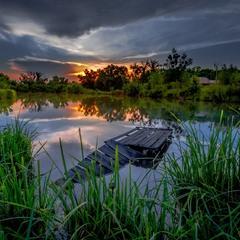 Затонула кладка на краю ставка,  похилилась в воду ніби в небуття...