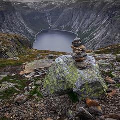 Там край суворий - лиш каміння, ріки й гори...