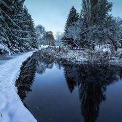 На віях тиші мерехтять сніжинки. Зима крізь вії дивиться на світ.
