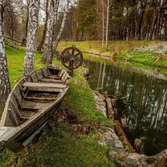 Під вербою старий човен в ланцюги закутий, аж до верху води повен, усіма забутий....