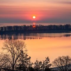 Із-за Дніпра сонце сходить, за Дніпро і заходить....