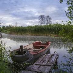 Лодка у берега .