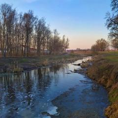 Плине річечка скородниною