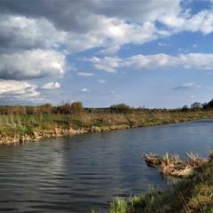 Хмари линуть над рікою