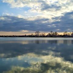 Вечоріє над озером