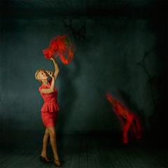 Дама, играющая с красными платками