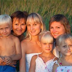 Донечки-Матусі-Онуки. Родина. Три покоління)