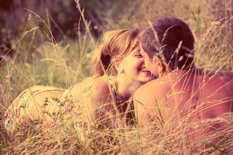 Фото поцелуя на сеновале