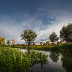 Маленька притока великої ріки.