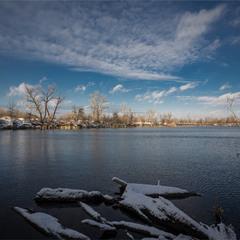 На озері зима.